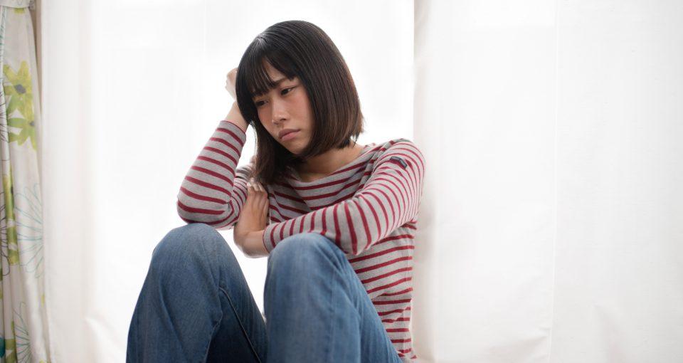悩む 若い女性