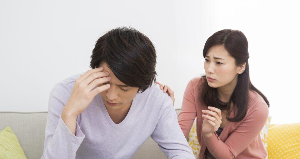 男性を心配する女性