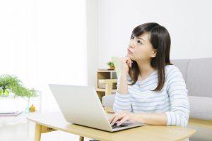 パソコンを見て悩む女性