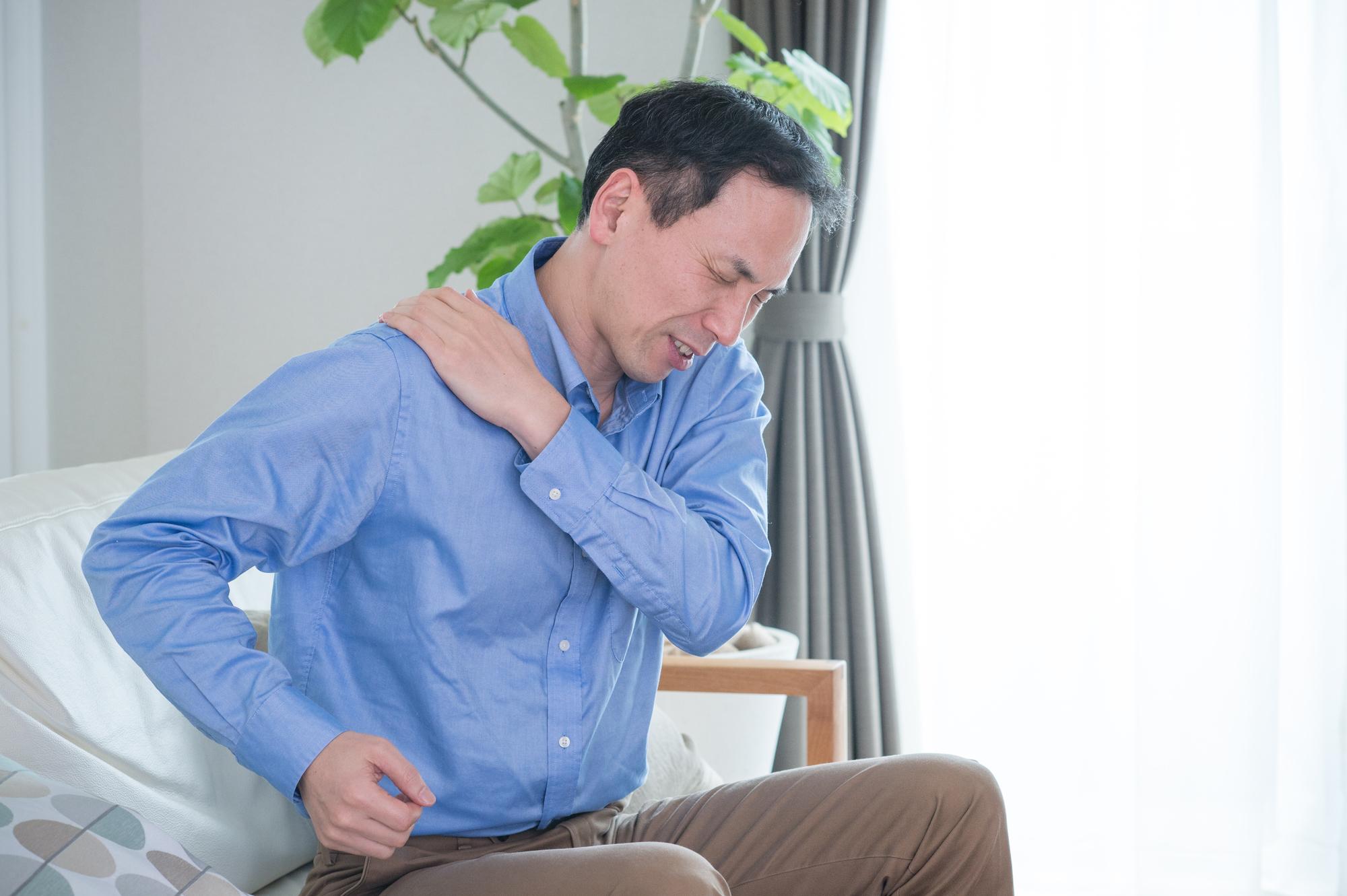 リウマチの症状が出ている男性
