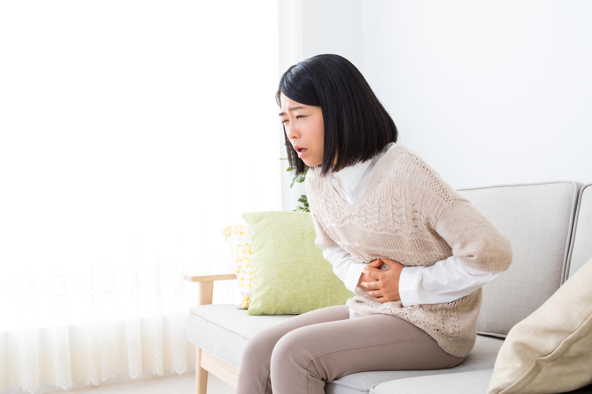 腹部の違和感を感じる女性