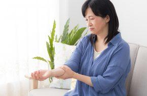 血友病で腕が痛む女性