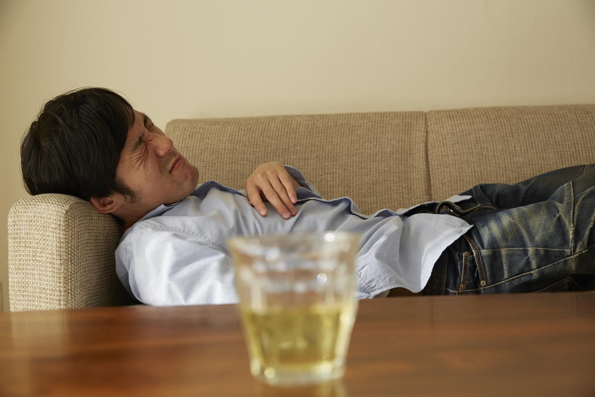 横になる男性 アルコール依存症