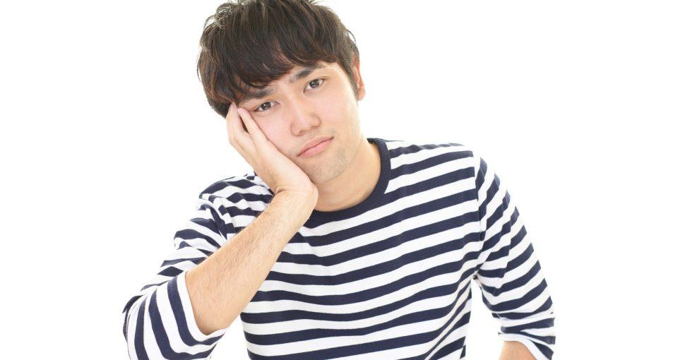 むくみや疲労に悩まされる男性