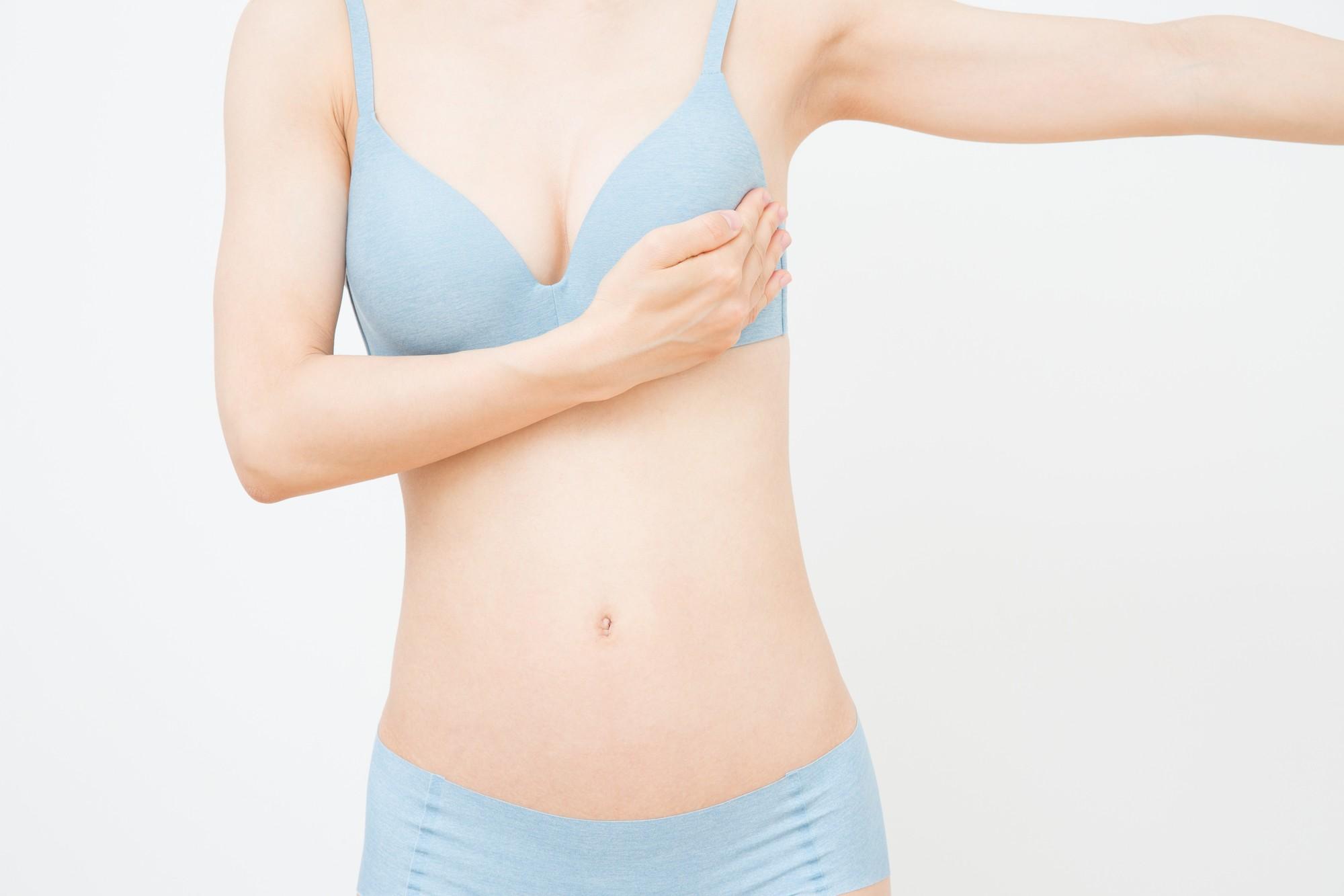 乳がんのチェックをする女性